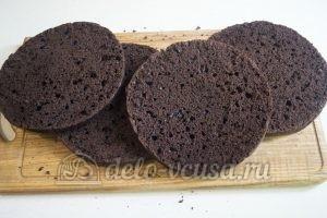 Шоколадный торт с черникой: Разрезать бисквит на коржи