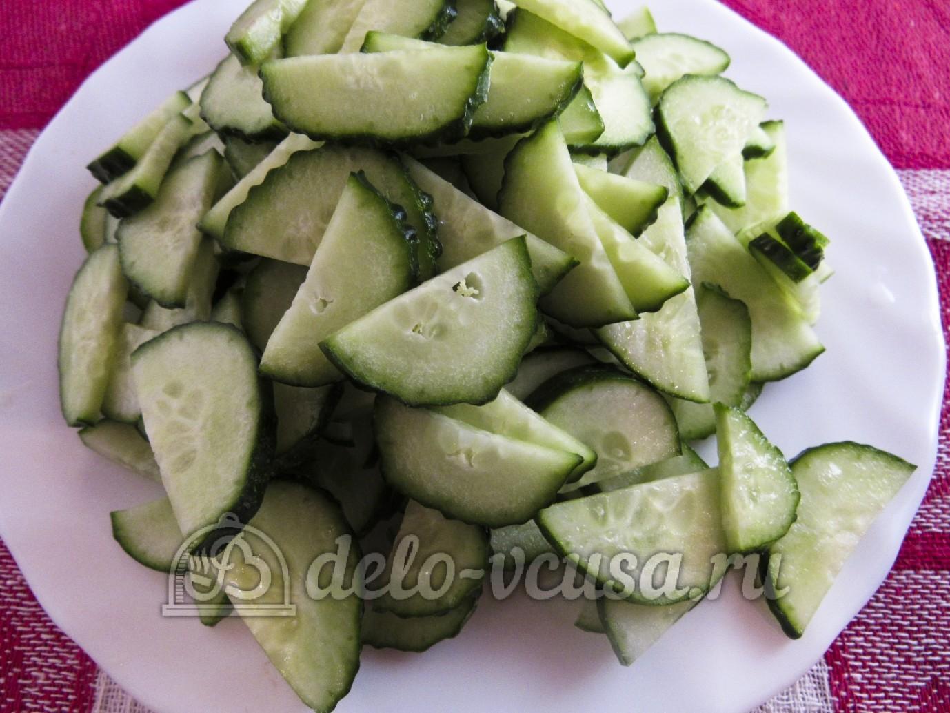 Салат из капусты и огурцов с уксусом: Огурцы порезать