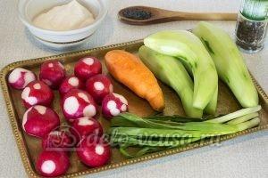 Салат из моркови, огурца и редиски: Подготовить овощи