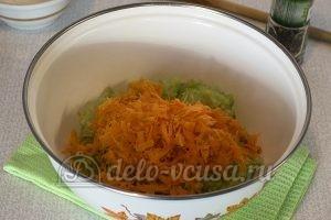 Салат из моркови, огурца и редиски: Натереть морковь
