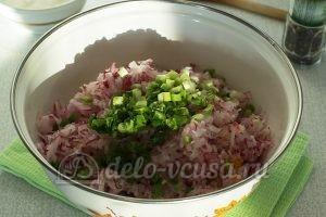 Салат из моркови, огурца и редиски: Порезать лук