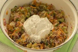 Салат из моркови, огурца и редиски: Заправить салат