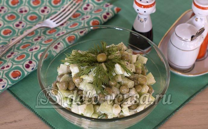 Салат с зеленым горошком и огурцом