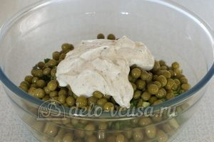 Салат с зеленым горошком и огурцом: Заправить салат