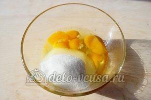 Шарлотка со взбитыми сливками: Сахар соединить с яйцами