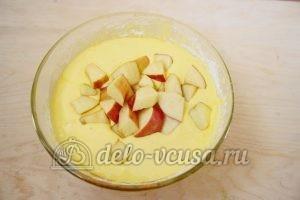Шарлотка со взбитыми сливками: Добавить яблоки