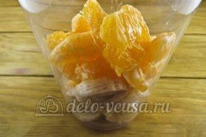 Смузи на кефире с бананом и мандарином: Кладем фрукты в чашу