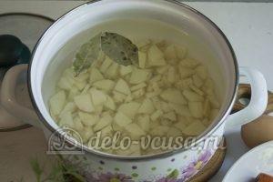 Суп с молодой картошкой и курицей: Картошку кладем в кастрюлю