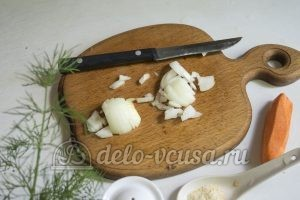 Суп с молодой картошкой и курицей: Лук подготовить