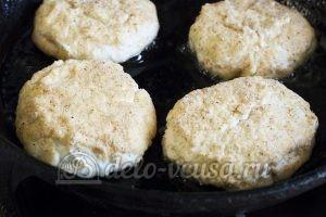Сырники с вареньем: Кладем на разогретую сковородку