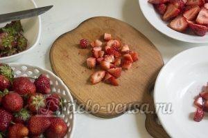 Торт Фрезье: Порезать ягоды для начинки