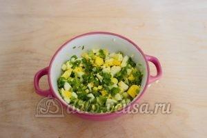 Заливной пирог с зеленым луком и яйцом: Перемешать начинку