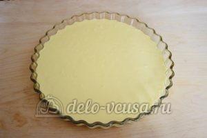 Заливной пирог с зеленым луком и яйцом: Вылить часть теста в форму