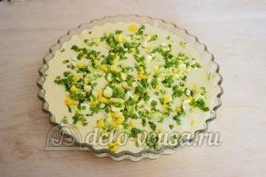 Заливной пирог с зеленым луком и яйцом: Кладем начинку