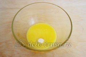 Заливной пирог с зеленым луком и яйцом: Добавить соль и сахар
