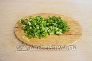 Заливной пирог с зеленым луком и яйцом: Порезать лук