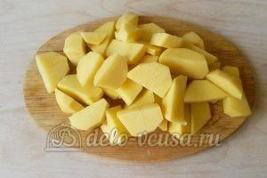 Жаркое из свинины в горшочках: Порезать картошку