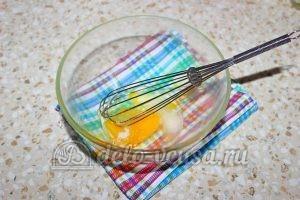 Блины на пиве: Соединить яйца и солью и сахаром