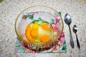 Блинчики с джемом: Соединить яйца с сахаром и солью