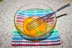 Блины с бананом и шоколадом: Разбить яйца в миску