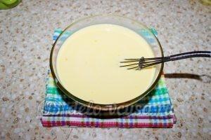 Блины с бананом и шоколадом: Добавить молоко