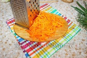 Борщ со свининой: Натереть морковь