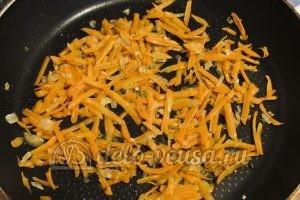 Красный борщ с фасолью: Добавляем к луку тертую морковь