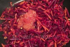 Красный борщ с фасолью: Добавляем измельченный помидор
