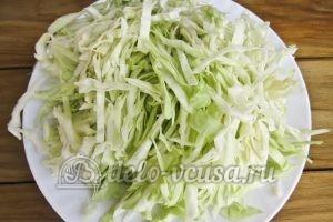 Красный борщ с фасолью: Шинкуем капусту