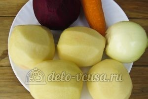 Красный борщ с фасолью: Чистим и моем овощи