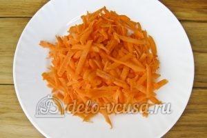 Красный борщ с фасолью: Натираем морковь