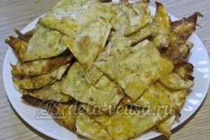 Чипсы из лаваша с сыром: Переложить на тарелку