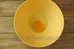 Чипсы из лаваша с сыром: Разбить куриное яйцо
