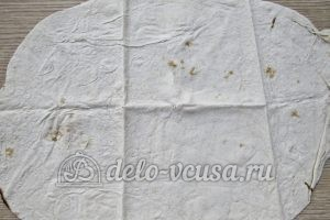 Чипсы из лаваша с сыром: Разложить лаваш