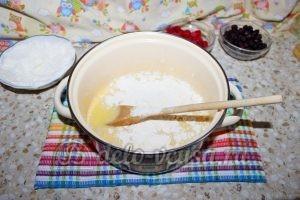 Дрожжевой пирог с малиной: Всыпать муку