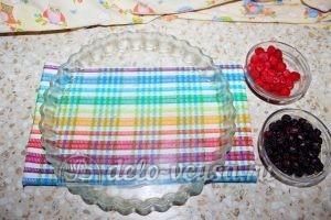 Дрожжевой пирог с малиной: Смазать форму маслом