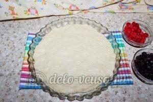 Дрожжевой пирог с малиной: Выложить половину теста
