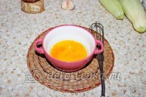 Кабачки жареные в кляре: Соединить яйцо и соль