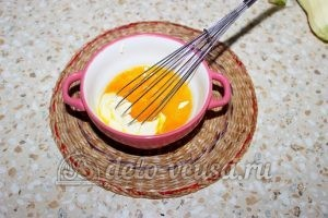 Кабачки жареные в кляре: Добавить яйцо