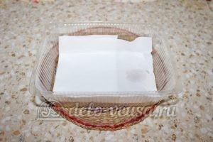 Замороженная вишня с косточками: Застелить контейнер пергаментом