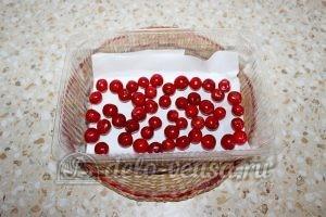 Замороженная вишня с косточками: Выложить ягоды