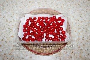 Замороженная вишня с косточками: Кладем слой вишни
