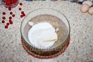 Кекс с вишней: Соединить масло с ванилином и сахарным песком