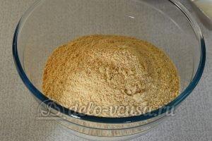 Сладкая колбаска с вареной сгущенкой: Измельчить печенье в крошку