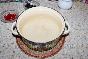 Компот из вишни и черной смородины: Кипятим воду