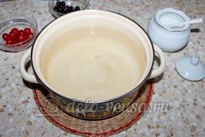 Компот из вишни и черной смородины: Добавить сахар
