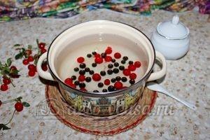 Компот из вишни и черной смородины: Добавить ягоды