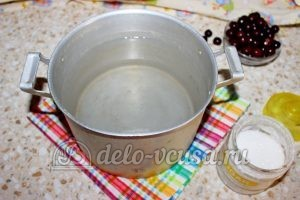 Компот из вишни: Соединить воду и сахар