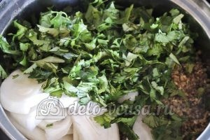Лобио из стручковой фасоли: Добавляем фасоль, лук, ореховую смесь и зелень