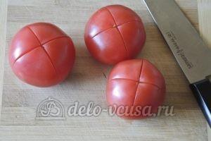 Лобио из стручковой фасоли: Делаем крестообразные надрезы на помидорах